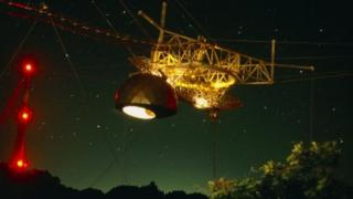 นักวิจัยใช้ข้อมูลที่ได้จากกล้องโทรทรรศน์วิทยุอาเรซีโบในเปอร์โตริโกเพื่อวิเคราะห์ปรากฏการณ์ FRB