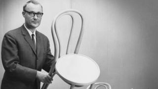 Ingvar Kamprad com uma cadeira da Ikea nos anos 1960s