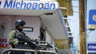 Policía armado en Michoacán
