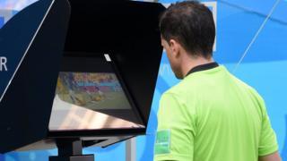 Andrés Cunha revisa las imágenes para cambiar su decisión.