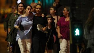 Люди покидают концертный зал в Манчестере после взрыва