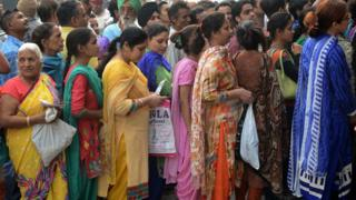 印度民眾等候兌換新的紙幣