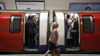 伦敦,英国,性骚扰,公共交通,地铁,火车