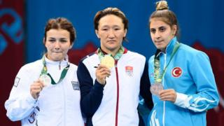 Алтын медалды кыз-келиндердин эркин күрөшүнөн Айсулуу Тыныбекова тагынды