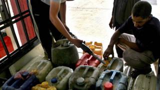 رجل يملأ زجاجات وقود في غزة - عام 2007