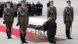 Jaroslaw Kaczynski mourns twin brother Lech, 11 Apr 2010