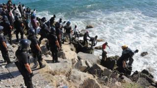Yüzerek Fransa'ya geçen 120 kadar göçmen Fransız polisi tarafından gözaltına alınarak yeniden İtalya'ya gönderildi.