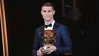 Cristiano Ronaldo con su balón de oro