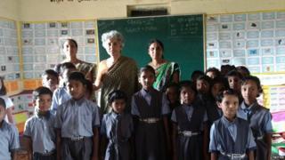 શાળાના બાળકો અને શિક્ષિકાઓ સાથે ડૉ. સૌમ્યા