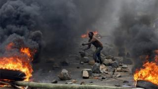 A protester sets up a barricade during a protest against Burundi President Pierre Nkurunziza and his bid for a third term in Bujumbura, Burundi, in this May 22, 2015