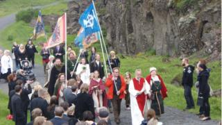 Procissão Asatru próxima a Reykjavik