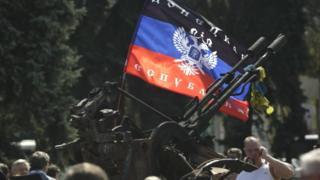 """Прапор """"ДНР"""" у натовпі"""