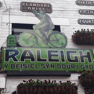 Hysbyseb gan Raleigh