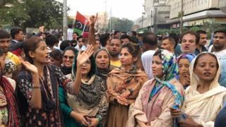 کراچی پریس کلب کے باہر پی پی پی کے کارکن