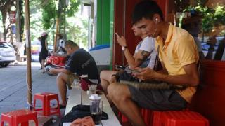 Người dân nay dựa nhiều vào mạng xã hội và internet để tìm kiếm thông tin và bàn luận.