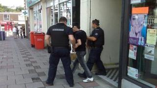 Một số người làm thuê trong tiệm nail bị bắt giữ vì không có giấy tờ hợp pháp