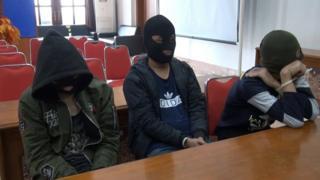 Para tersangka diperiksa oleh polisi.