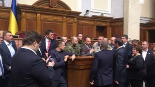 Правоохранители и депутаты возле трибуны