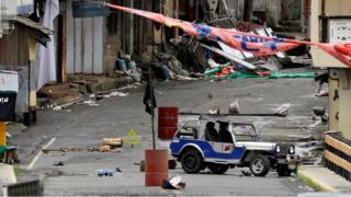 マラウイ市内の武装勢力が占拠した地区にはISの旗が掲げられていた(先月29日)
