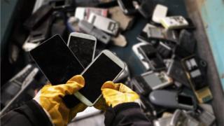 Pessoa segurando celulares