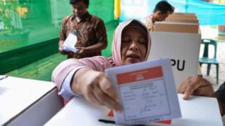 Women casts her vote in Indonesia