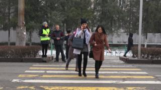 Бишкекте автомектептердин курсанттары шаардыктарга жолдон коопсуз өтүүгө жардам көрсөткөнгө чыгышты