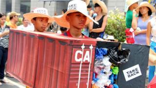 Протест проти канадського сміття