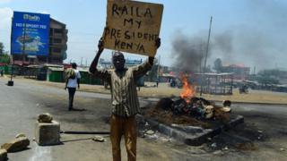 """مؤيد للمرشح المهزوم رايلا أودينغا يرفع لافتة كتب عليها """"رايلا رئيسي"""""""