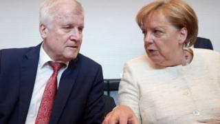 آقای زیهوفر و خانم مرکل در زمینه مهاجرت با هم اختلاف نظر دارند
