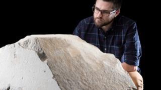 يقول المتحف إن هذا الحجر هو الوحيد من حجارة كسوة الهرم الأكبر، الذي يعرض خارج مصر