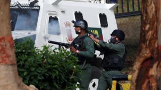 Lực lượng Vệ binh Quốc gia Venezuela bắn hơi cay vào người biểu tình