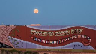 Muro con bienvenida a Coober Pedy