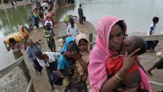 Rohingya huyendo con niños en brazos (crédito: Reuters)