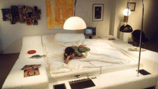"""Фотомодель возлегает на водяной кровати """"Остров наслаждений"""" конструкции Аарона Доннера"""