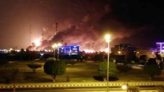 Abqaiq'teki petrol işleme tesisinden yükselen alevler