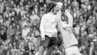 John Phillips mewn gêm rhwng Cymru a Lloegr yn 1974
