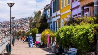 Чили - Түштүк америкадагы саясый стабилдүүлүк сакталган, коррупциянын деңгээли төмөн жана башкаруусу ачык-айкын өлкөлөрдүн бири.