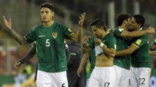 Nelson Cabrera y los jugadores bolivianos celebran tras el empate frente a Chile.