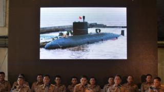 พล.ร.อ.ลือชัย รุดดิษฐ์ เสนาธิการ ทร. นำทีมแถลงยืนยันความโปร่งใสในการจัดซื้อเรือดำน้ำสัญชาติจีน เมื่อวันที่ 1 พ.ค. 2560 ก่อนเป็นผู้แทน ผบ.ทร.ไปลงนามในสัญญาว่าจ้างก่อสร้างเรือ