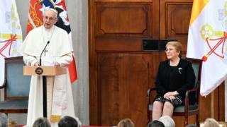 Papa Francisco dando su discurso ante la presidenta Bachelet en La Moneda.