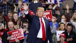 Trump acena a apoiadores em evento