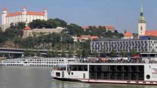 La imagen muestra un barco turístico en Bratislava.