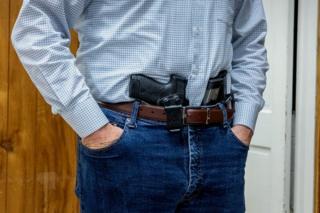 مسدس ومجلات احتياطية مدسوسة في خصر في اجتماع لميليشيات في فرجينيا
