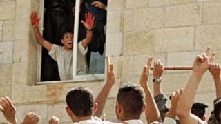Фото палестинца, радующегося расправе над израильскими солдатами