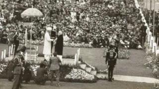 கர்னல் தாராபோரின் மனைவியிடம் பரம்வீர் சக்ர விருதை வழங்குகிறார் குடியரசுத் தலைவர் ராதாகிருஷ்ணன்