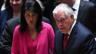 Rex Tillerson (kulia) na balozi wa Marekani kwenye UN Nikki Haley, wakiwa kwenye mkutano