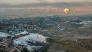 从空中俯瞰棉花堡温泉