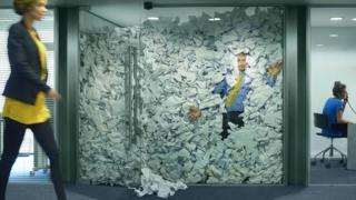 Канцеларија препуна папира