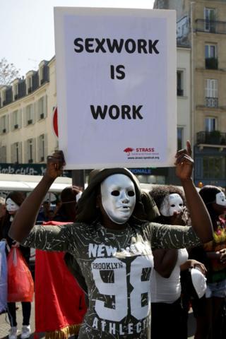 पेरिस में यौनकर्मियों का विरोध प्रदर्शन