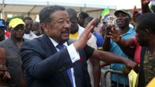 L'opposant gabonais Jean Ping, avec des militants à Libreville.